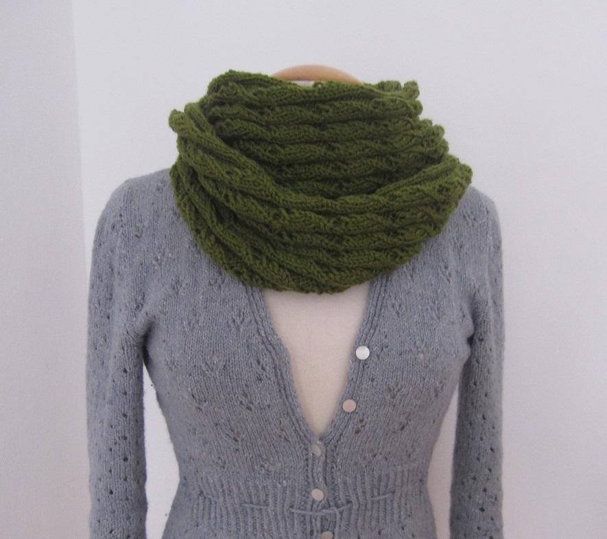Gestrickert Loop-Schal in Moosgrün, doppelt gewickelt