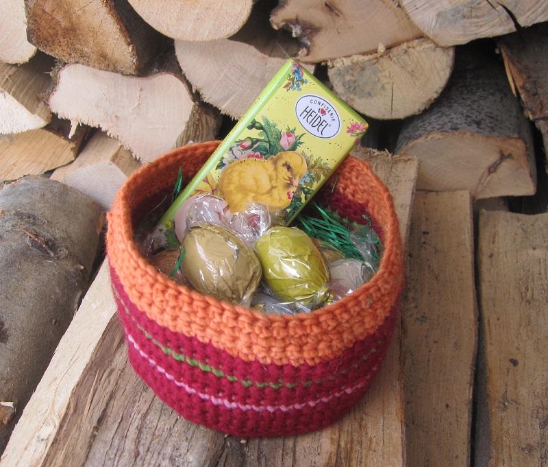 Gehäkeltes Körbchen, mit Ostereiern gefüllt